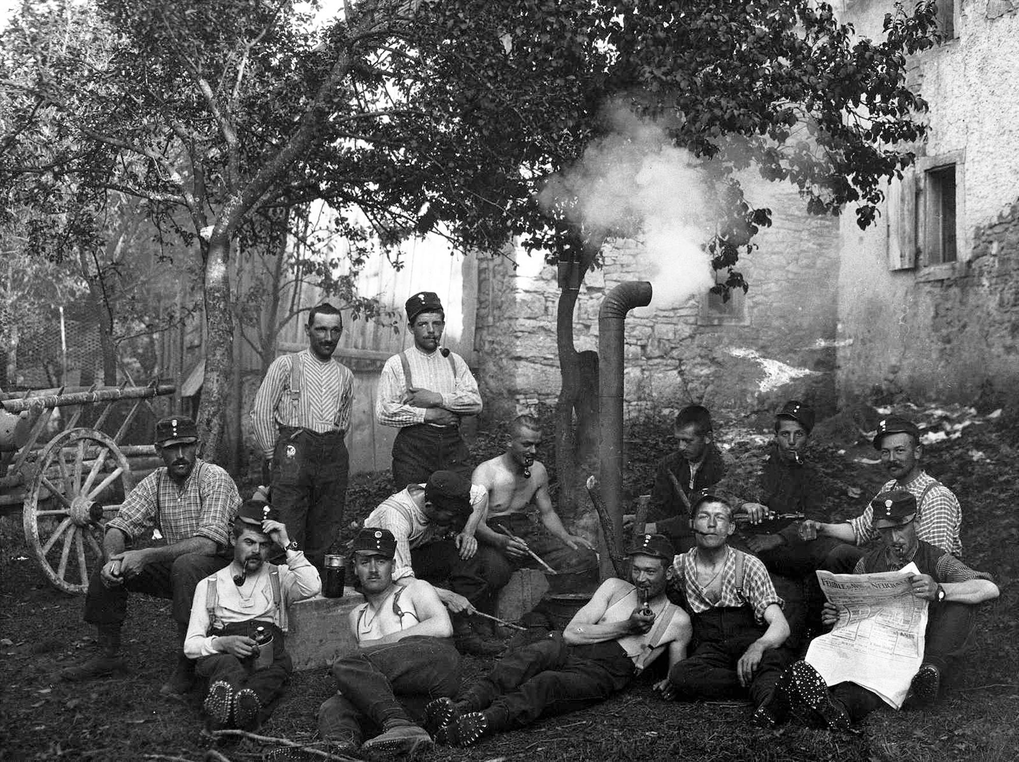 Soldats au repos à côté d'un fourneau