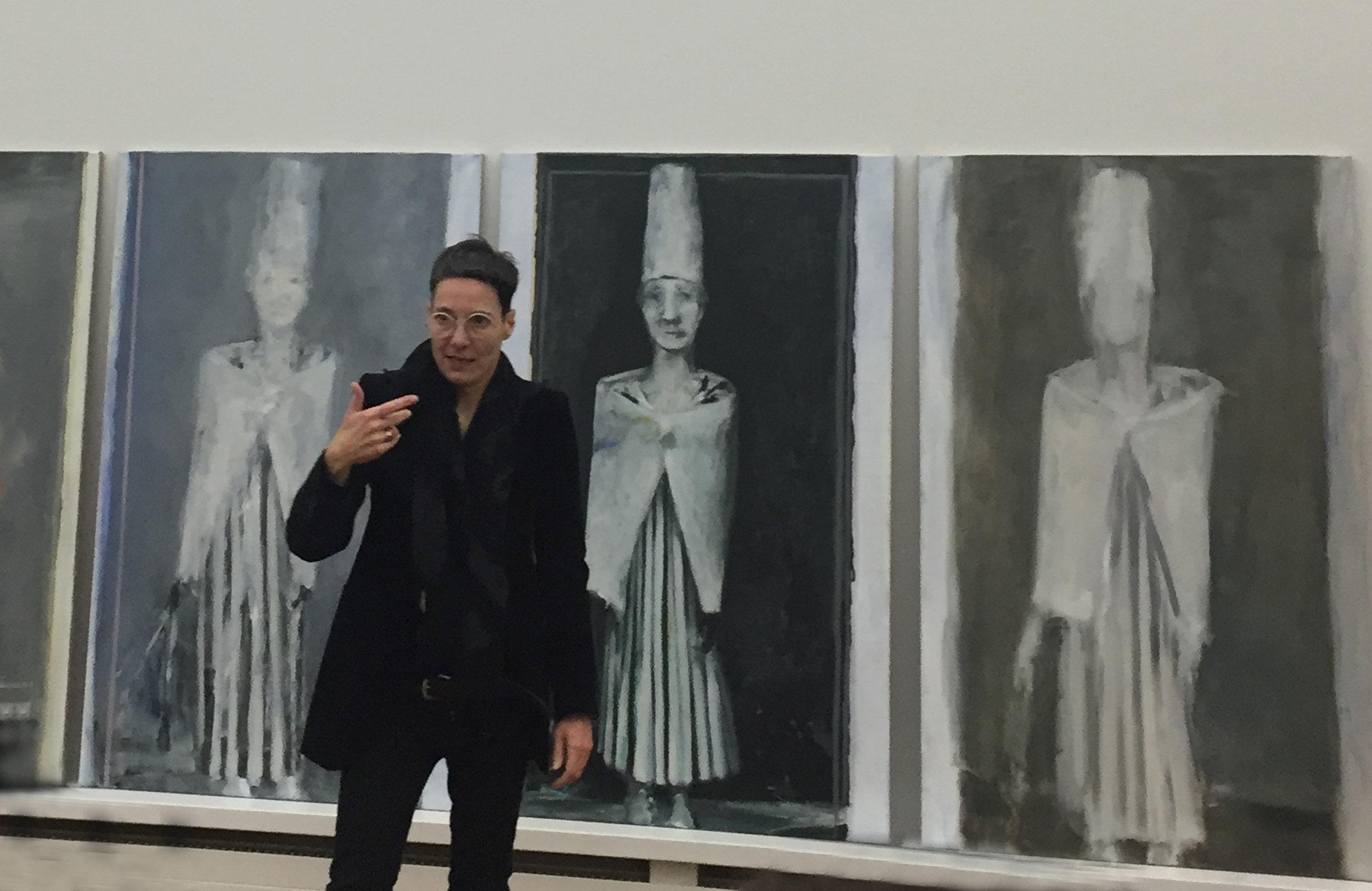 Valérie Favre en pleine explication devant une série d'autoportraits réalisés en 2016 d'après Hugo Ball, Cabaret Voltaire (1916)