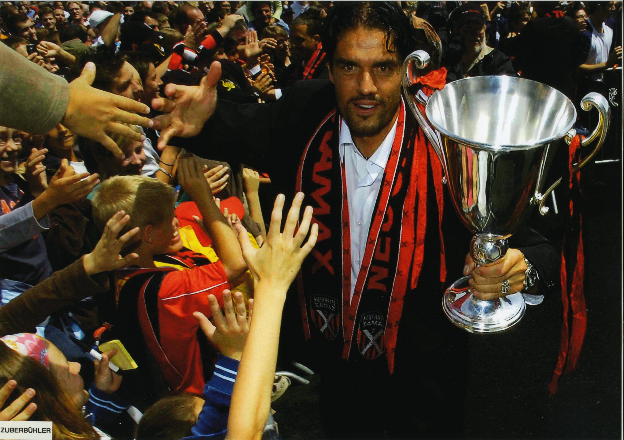 Pascal Zuberbühler avec la coupe du championnat de Suisse Challenge League remporté par Xamax en 2007. Photo de Bernard Pytho
