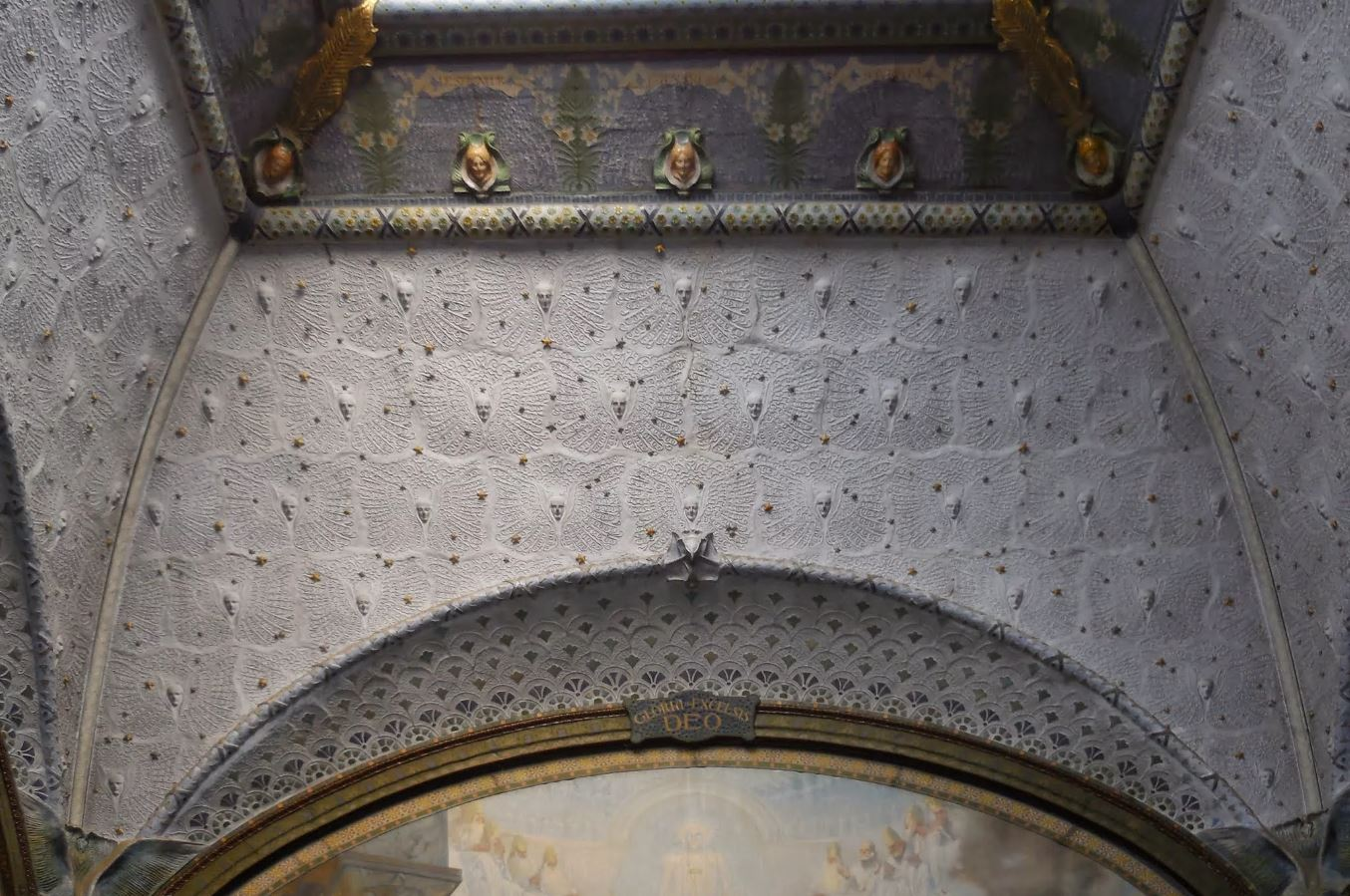 Revêtement en plâtre coloré, papier repoussé et semis d'étoiles en faïence