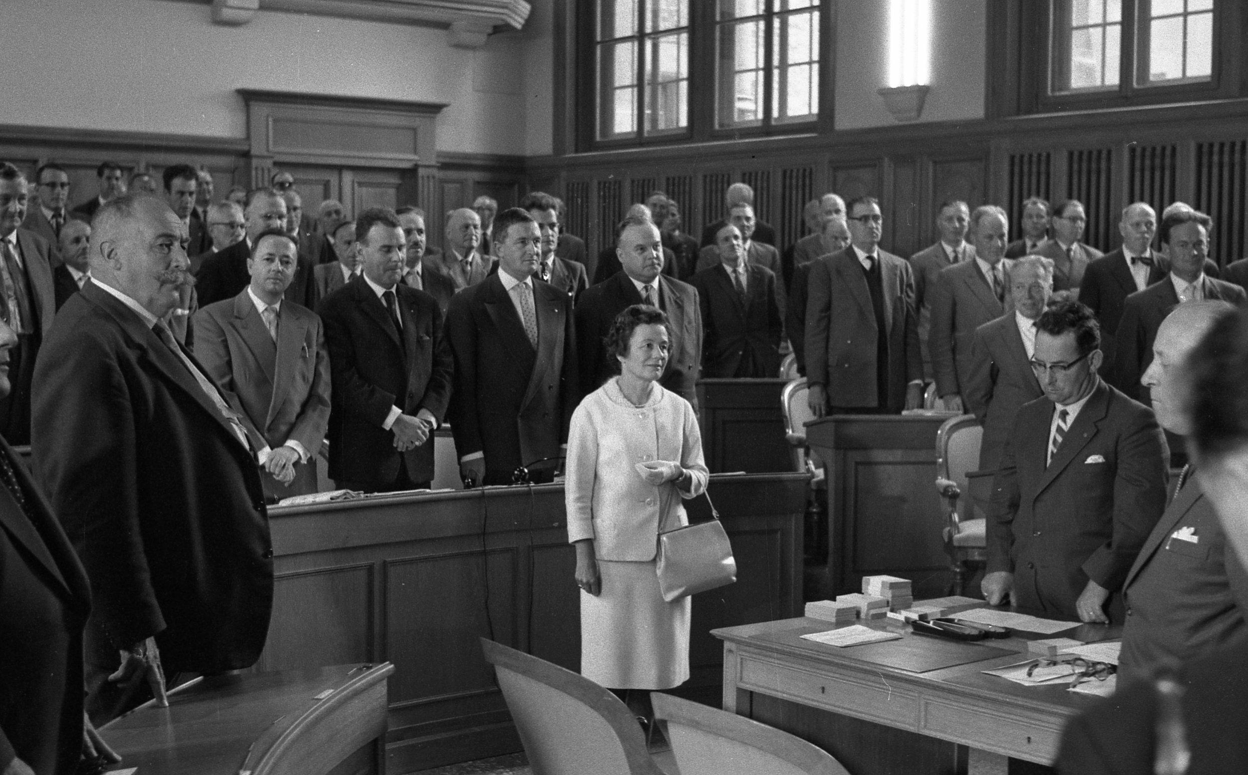 Prestation de serment au Grand Conseil neuchâtelois de Raymonde Schweizer, première Suissesse à siéger dans un législatif cantonal en 1960 (photo Fernand Perret)