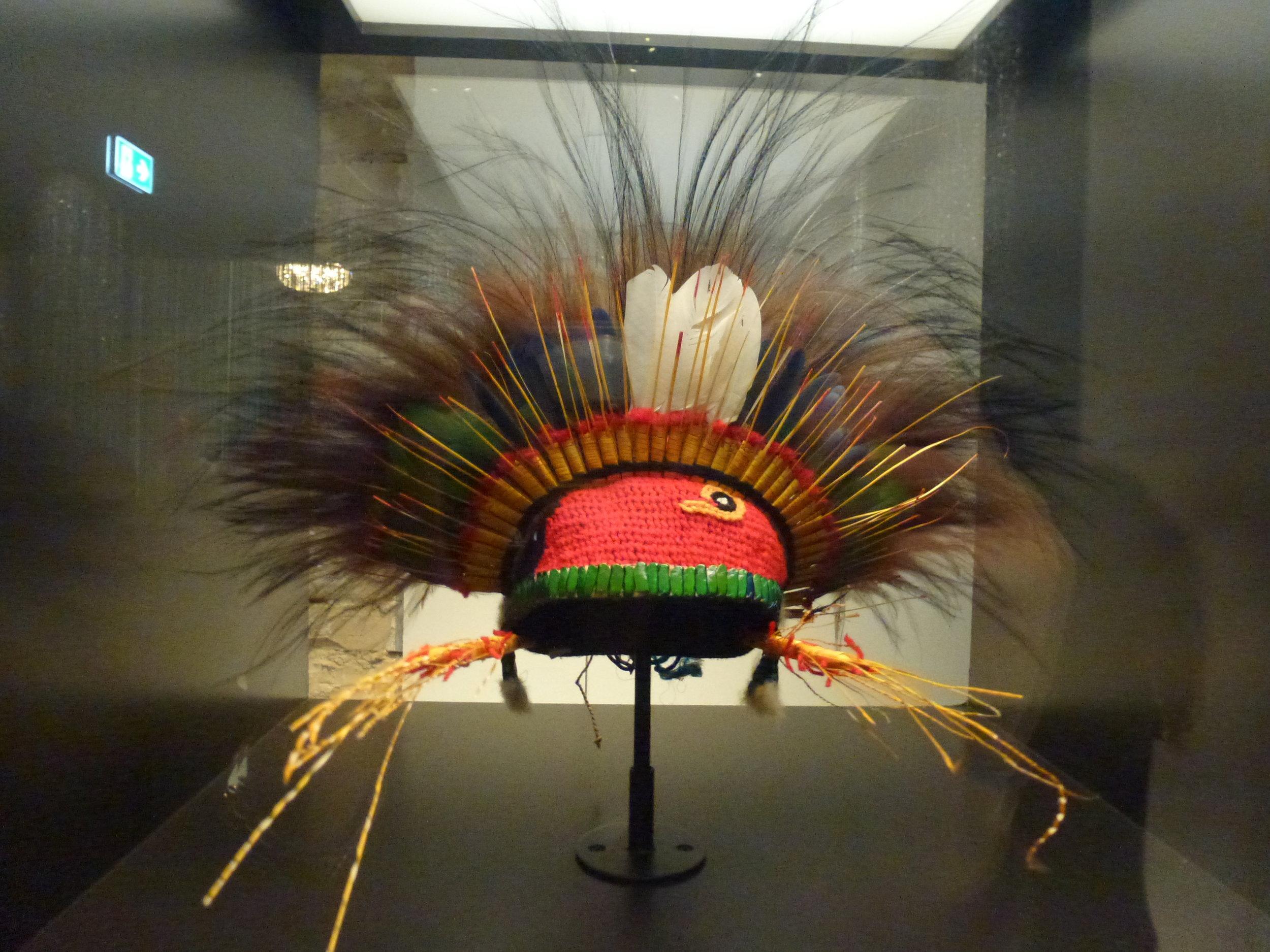 Les coiffes de Papouasie - Nouvelle Guinée sont présentées dans l'espace Plumes, en regard à nos cabarets occidentaux