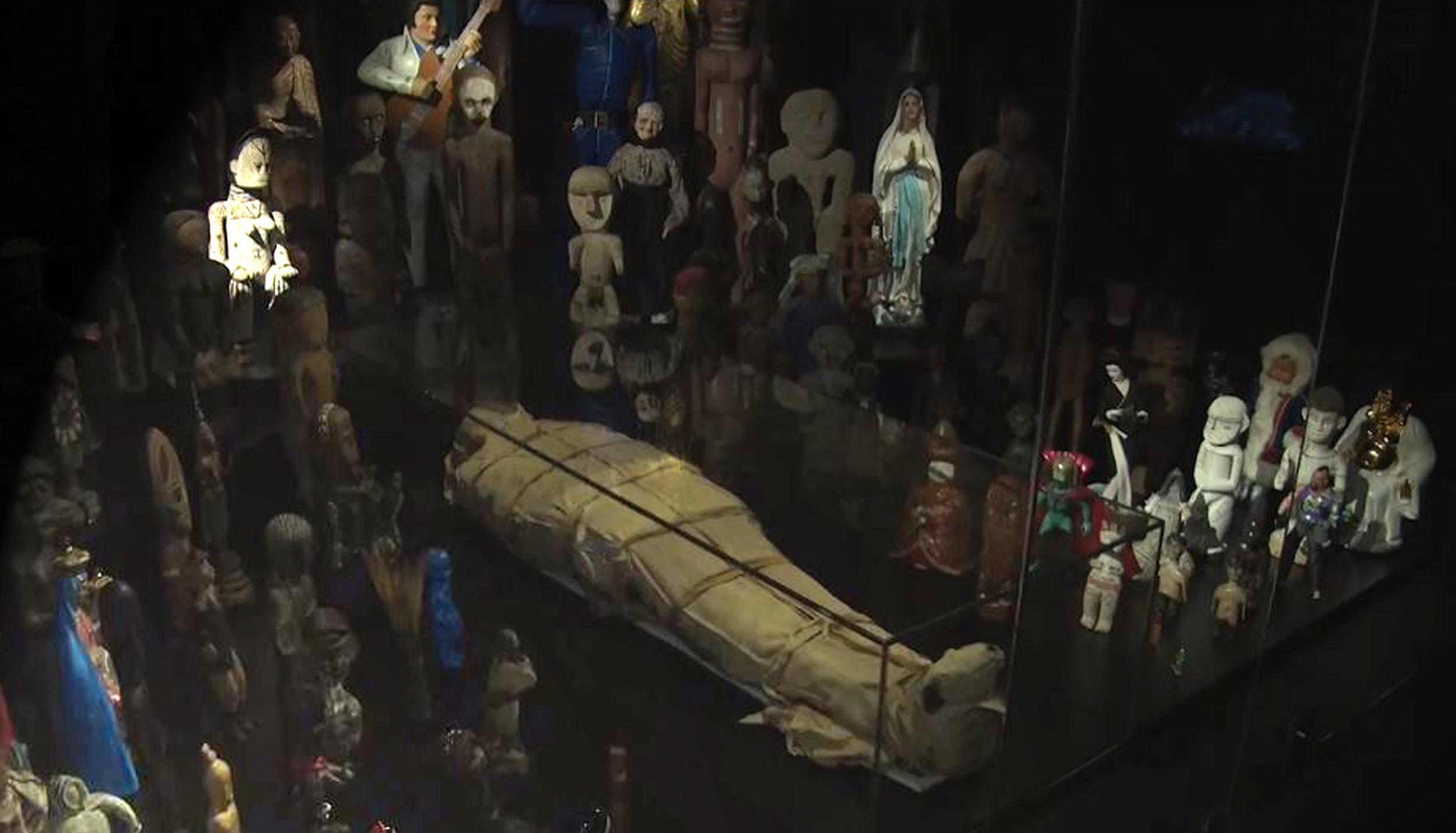 La momie du MEN, dans l'espace Au-delà, occupe une petite salle qu'elle partage avec d'autres icônes représentant les chimères de notre existence