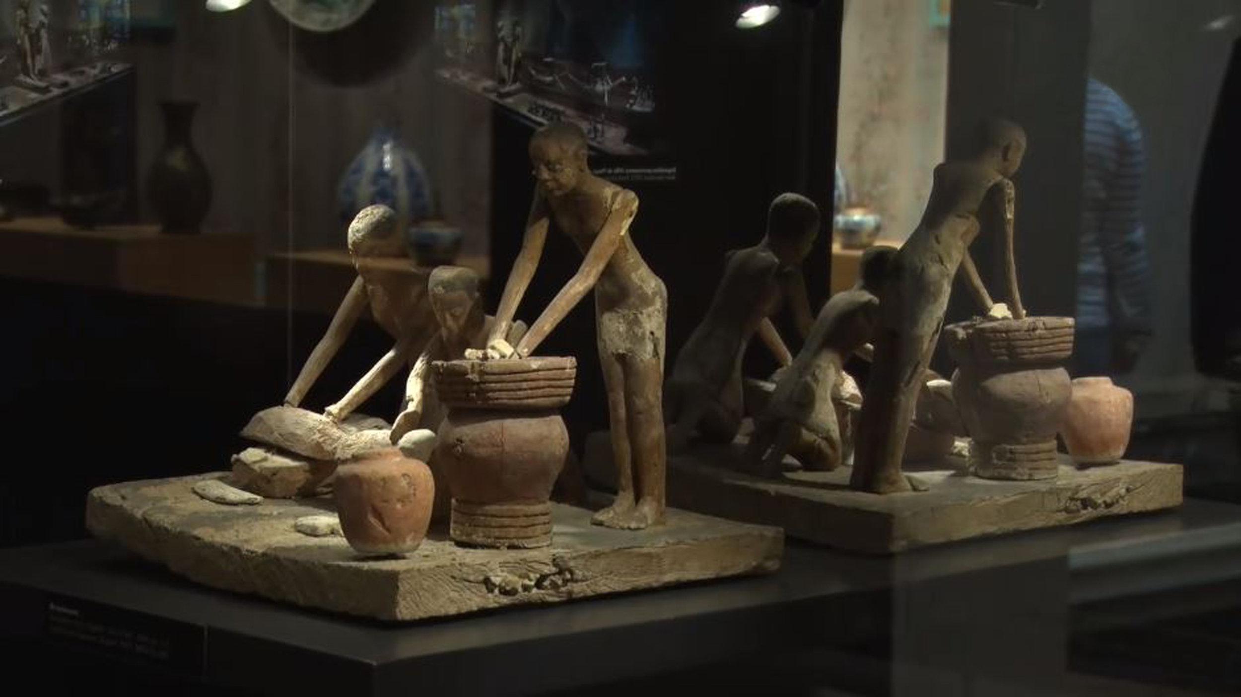 Dans le secteur Bazar se trouvent des vitrines très originales et racontant chacune une histoire de l'ethnologie. Ici, du mobilier funéraire egyptien.