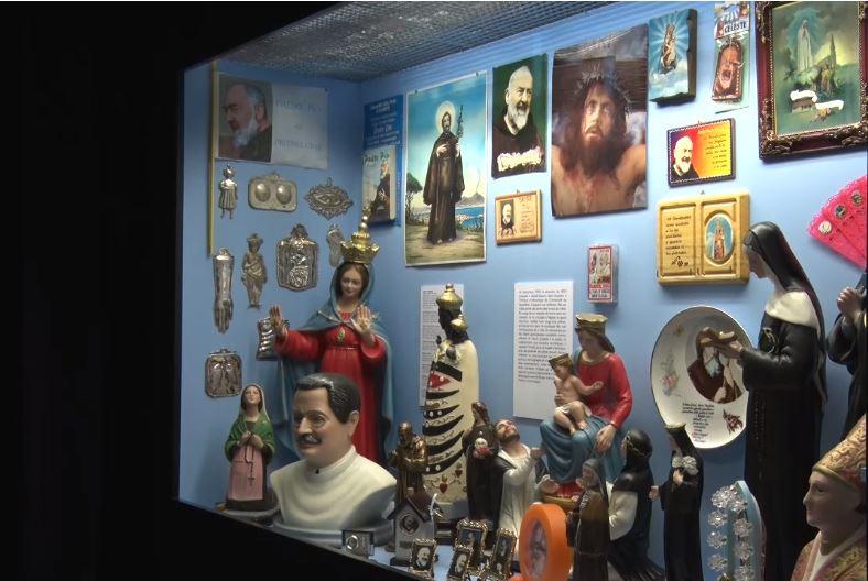 Une autre vitrine de l'espace Bazar, résultat (partiel) du travail d'un étudiant sur l'iconographie religieuse italienne