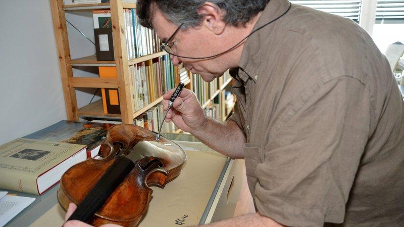 Patrick Gassmann travaillant sur un violon