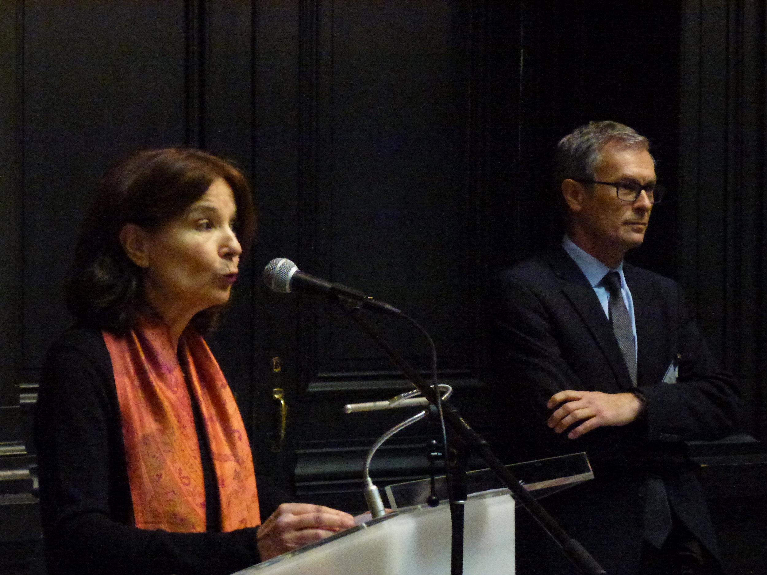 Chantal Lafontant Vallotton, co-directrice du MahN et Philippe Du Pasquier, président d'ARTHIS, le 8 février 2018 lors de l'inauguration de la borne qu'ARTHIS a offert au musée.