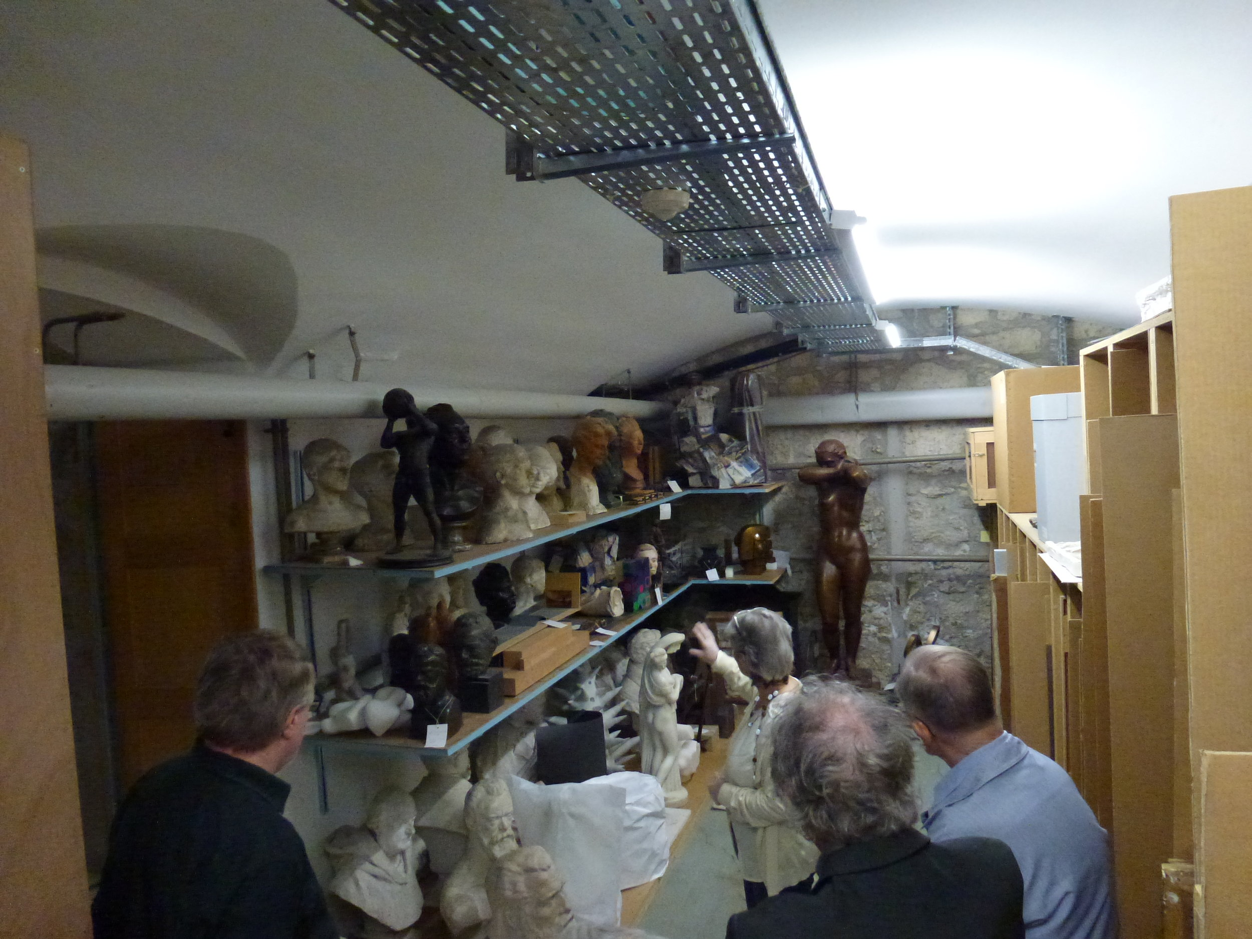 Bustes et autres sculptures, entassés dans un angle mort du sous-sol