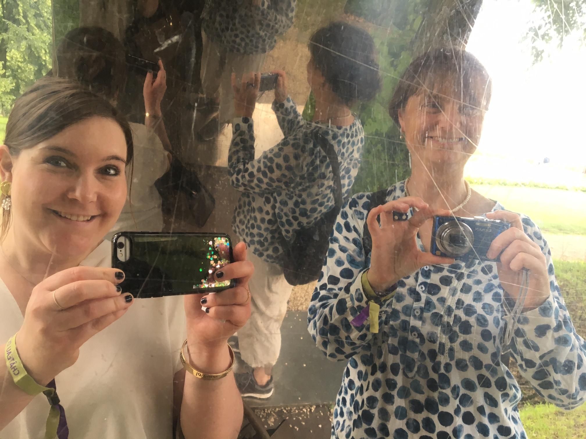 """Les organisatrices du voyage Mélanie Bianchi et Julie Rieder s'amusent à Vullierens, sous un """"pont - palais des glaces"""", l'une des nombreuses œuvres que l'on pourra admirer. Une vingtaine d'artistes sont ainsi exposés à l'extérieur, toujours avec des pièces monumentales magnifiques."""