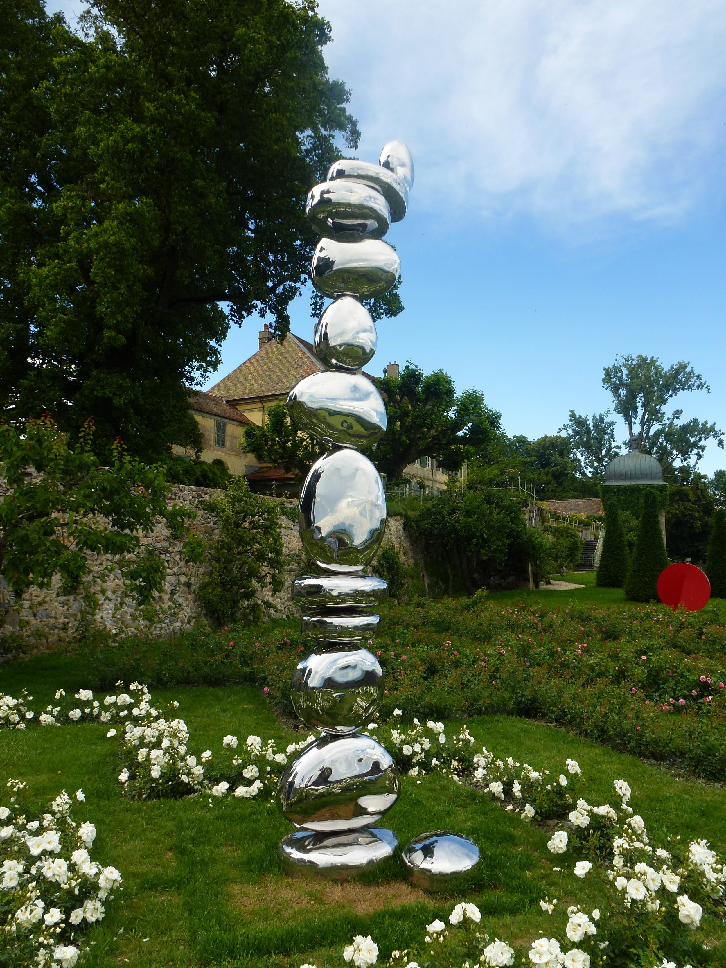 Installation de 16 «pierres» en acier inoxydable dont certains, empilés, culmineront à 4,5 mètres de hauteur ; elle est l'oeuvre du Belge Pol Quadens.