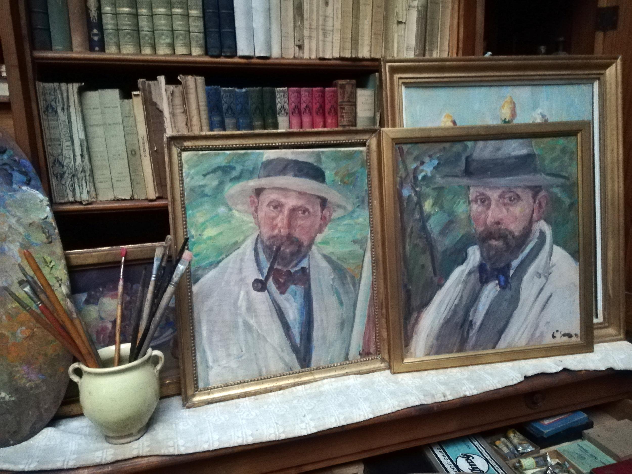 Deux autoportraits du peintre, posés à côté de ses pinceaux et de sa palette, le tiroir du meuble spécialement conçu par Louis de Meuron recelant ses couleurs.