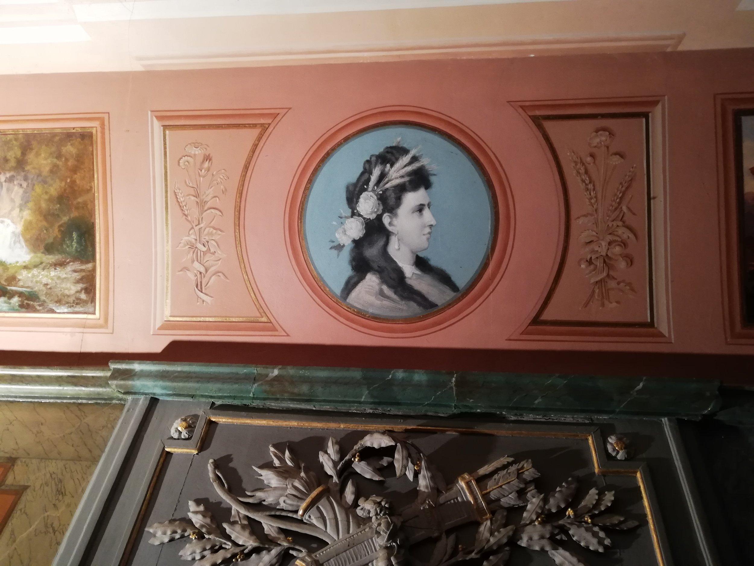 Le peintre Auguste Bachelin a réalisé 4 médaillons bleu monochrome rehaussé de blanc, représentant les 4 saisons via les portraits des dames de 4 générations de la famille Borel. Ici, il s'agit de Marie Helbing, femme d'Alfred, symbolisant l'été.