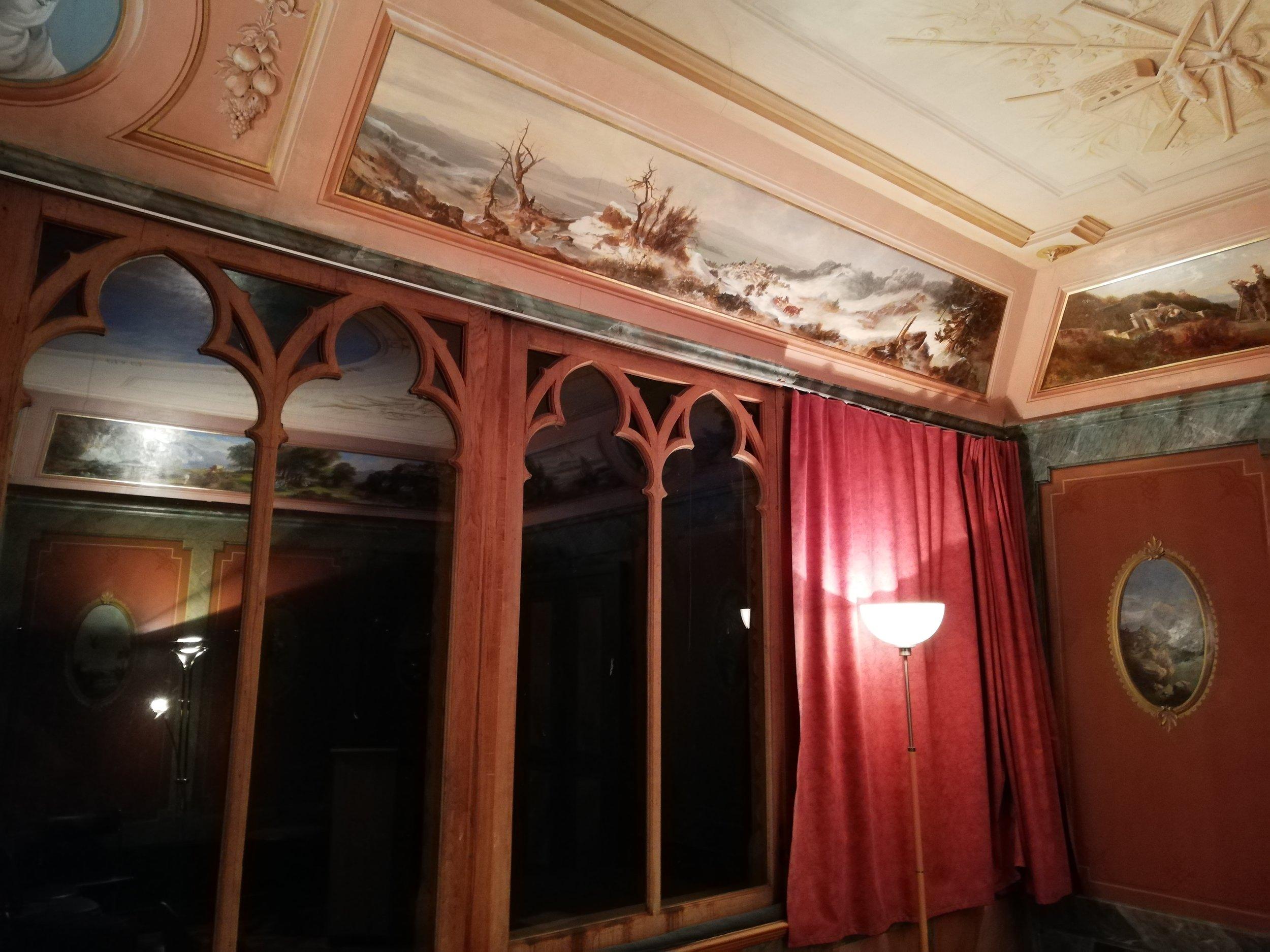 Vue des fenêtres largement ouvertes sur le lac, avec découpe néo-gothique trilobée. Immédiatement, le visiteur inondé de lumière ne peut que ressentir le charme de cette galerie bernoise conçue par l'architecte Rychner