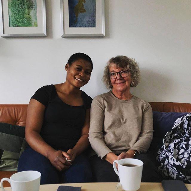 Rita fra Cameroun🇨🇲 besøgte for første gang Bodil👵🏽 De følte sig begge meget heldige for Bodil har nemlig undervist i dansk som fremmedsprog i 12 år og Rita var allerede godt på vej til at lære dansk😍 Rita vil gerne være sygeplejerske ligesom hun var i Cameroun, men overvejer også at tage en SoSu-uddannelse😇🙌🏻 Hun skal snart til dansk eksamen og Bodil er klar til at hjælpe hende🥰💪🏽 SÅDAN! #Elderlearn