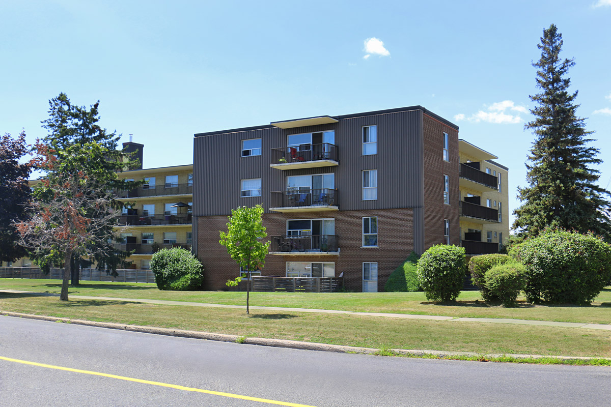 3R09 - 60 Underhill Drive - Photo5 Side.jpg