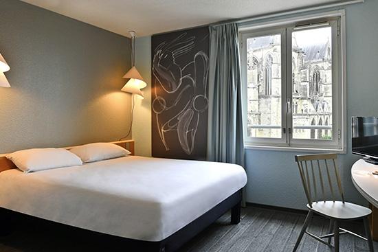 Détention murs et fonds 3 étoiles 76 chambres Bar et snacking Le + : la Basilique à votre fenêtre