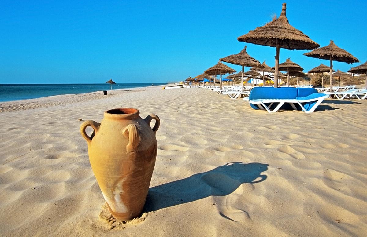 Pure ambiance méditerranéenne en Tunisie - Avec ses côtes fabuleuses, ses 575 kilomètres de plages de sable fin et ses îles paradisiaques, la Tunisie est l'une des destinations les plus célèbres de la Méditerranée, pour des vacances en amoureux, en famille ou ente amis au bord de l'eau.Eau chaude et sable fin: les plages sont parfaites pour tous.ITINERAIRES RECOMMANDESEN SAVOIR PLUS