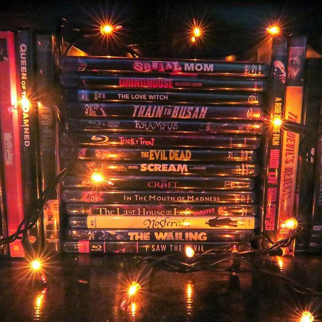 A stack of blurays from my favorites shelf 💙 ... #horrormovies #horrorishealthy #nothorror #blurays #movieshelf