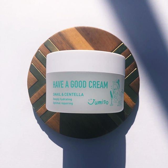 If you know anyhing about me, you know I fall in love quickly with new products. The @hello_skin_official Jumiso Have A Good Cream made it onto my list of holy grail products. Thanks to @cupidrop for choosing us to be part of the 11th Generation of Beauty Pioneers because this cream really leveled up my routine. ⠀⠀⠀⠀⠀⠀⠀⠀⠀ Product: Hello Skin Jumiso Have A Good Cream ⠀⠀⠀⠀⠀⠀⠀⠀⠀ Claims: An everyday cream infused with snail mucin and centella asiatica to help repair damage and even out hyper-pigmentation. It is also intensely hydrating because it contains squalene—a highly effective emollient that's rich in antioxidants. ⠀⠀⠀⠀⠀⠀⠀⠀⠀ Key ingredient: Centella Asiatica, Snail Mucin and Squalene ⠀⠀⠀⠀⠀⠀⠀⠀⠀ Scent: Light, fresh centella scent ⠀⠀⠀⠀⠀⠀⠀⠀⠀ Texture: Cross between a gel and a cream ⠀⠀⠀⠀⠀⠀⠀⠀⠀ Finish: Dries quickly without any residue ⠀⠀⠀⠀⠀⠀⠀⠀⠀ Thoughts: My second favorite skincare product is moisturizer and I'm always on the hunt for the next best cream. I'm convinced that this cream was created to make all my dreams come true. I prefer creams over gels and I love products that have fresh scents and have high quality ingredients that really moisturize your skin. This cream is the perfect light texture that would also please anyone that prefers gels. I think the texture is both light enough and thick enough to be worn year round. ⠀⠀⠀⠀⠀⠀⠀⠀⠀ My skin felt awesome after just a few uses and I love that I can layer this. It wears incredibly well under makeup. My most recent obsession is the glossier Cloud Paint and this cream works really well under it. I don't see a visible difference in my skin (probably because I've been on point with my routine lately) but I certainly feel a difference. I think this may be my new favorite cream 😱 ⠀⠀⠀⠀⠀⠀⠀⠀⠀ I give this cream a 6/5. You can buy this cream on Cupidrop for $24. ⠀⠀⠀⠀⠀⠀⠀⠀⠀ Stay Dewy,  E ⠀⠀⠀⠀⠀⠀⠀⠀⠀ #browngirlbloggers #kbeauty #kbeautyblogger #abcommunity #pibu #rasianbeauty #teamdewyskin #devotedtodew #abblogger #abbeatthealgorithm #teamdewy #cupidrop #jumiso #helloskin #beautifulpioneers #beautifulpioneers11