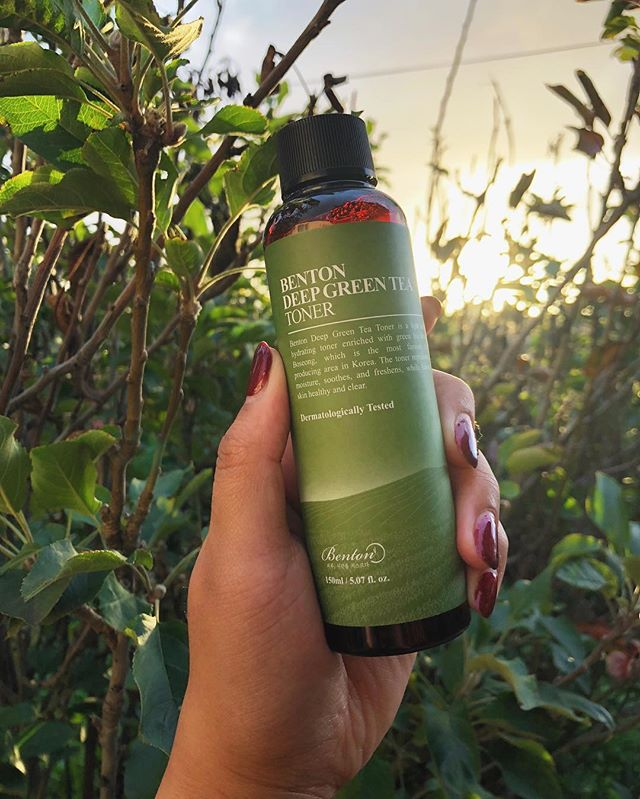 •Review: Benton Deep Green Tea Toner*• ⠀⠀⠀⠀⠀⠀⠀⠀⠀ Happy NYE Dewy fam~ We have one last take for you in 2018 and it's from one of our favs. We love @bentoncosmetic and whenever they have a new release, we come running. Thank you Benton for choosing us to review your product! The latest release is a green tea toner and lotion duo. 🍵 is known for its hydrating and rich antioxidant properties so I've been dying to incorporate it into my routine. I chose to review the toner because who wouldn't want to put brewed tea all over their face? ⠀⠀⠀⠀⠀⠀⠀⠀⠀ Key Ingredients: Green tea leaf water (50%), sodium hyaluronate, centella asiatica extract, willow bark ⠀⠀⠀⠀⠀⠀⠀⠀⠀ Texture: Very lightweight, watery texture. It is a dark brown hue due to the brewed green tea. ⠀⠀⠀⠀⠀⠀⠀⠀⠀ Scent: Natural green tea fragrance. ⠀⠀⠀⠀⠀⠀⠀⠀⠀ Use: I like to apply it with a cotton pad, then pat in another layer. ⠀⠀⠀⠀⠀⠀⠀⠀⠀ Packaging: Comes in a dark bottle with a hole at the top which functions perfectly. ⠀⠀⠀⠀⠀⠀⠀⠀⠀ Thoughts: I am always so impressed by Benton's quality and ingredients. The first ingredient in the toner is green tea leaf water (50%) and it's made up of 53% green tea ingredients. It's so refreshing to see a brand release products where quality comes first (my HG Snail Bee Ultimate Serum contains snail filtrate as the 1st ingredient). The Benton difference is also apparent in the use of green tea derived from Boseong, an area famous for tea production in Korea. This quality is something I've come to expect from Benton and why I adore them. In terms of performance this is a watery toner, I need 2-3 layers to build up a hydration level I'm comfy with in Winter but I love how it feels. For my oily/combo skin, I noticed the toner helps balance my oil production due to the willow bark. My skin feels nourished, cleansed, and refreshed after applying. This is also perf for the 7-skin method. It's such a lovely lightweight toner that I see myself using year round. Those with sensitive skin will love it since there are no harsh irritants, EOs, or fragrance. ⠀⠀⠀⠀⠀⠀⠀⠀⠀ Rating: 4.5/5 stars, bless Benton for releasing a green tea toner and doing it right! ⠀⠀⠀⠀⠀⠀⠀⠀⠀ Stay Dewy✨ J
