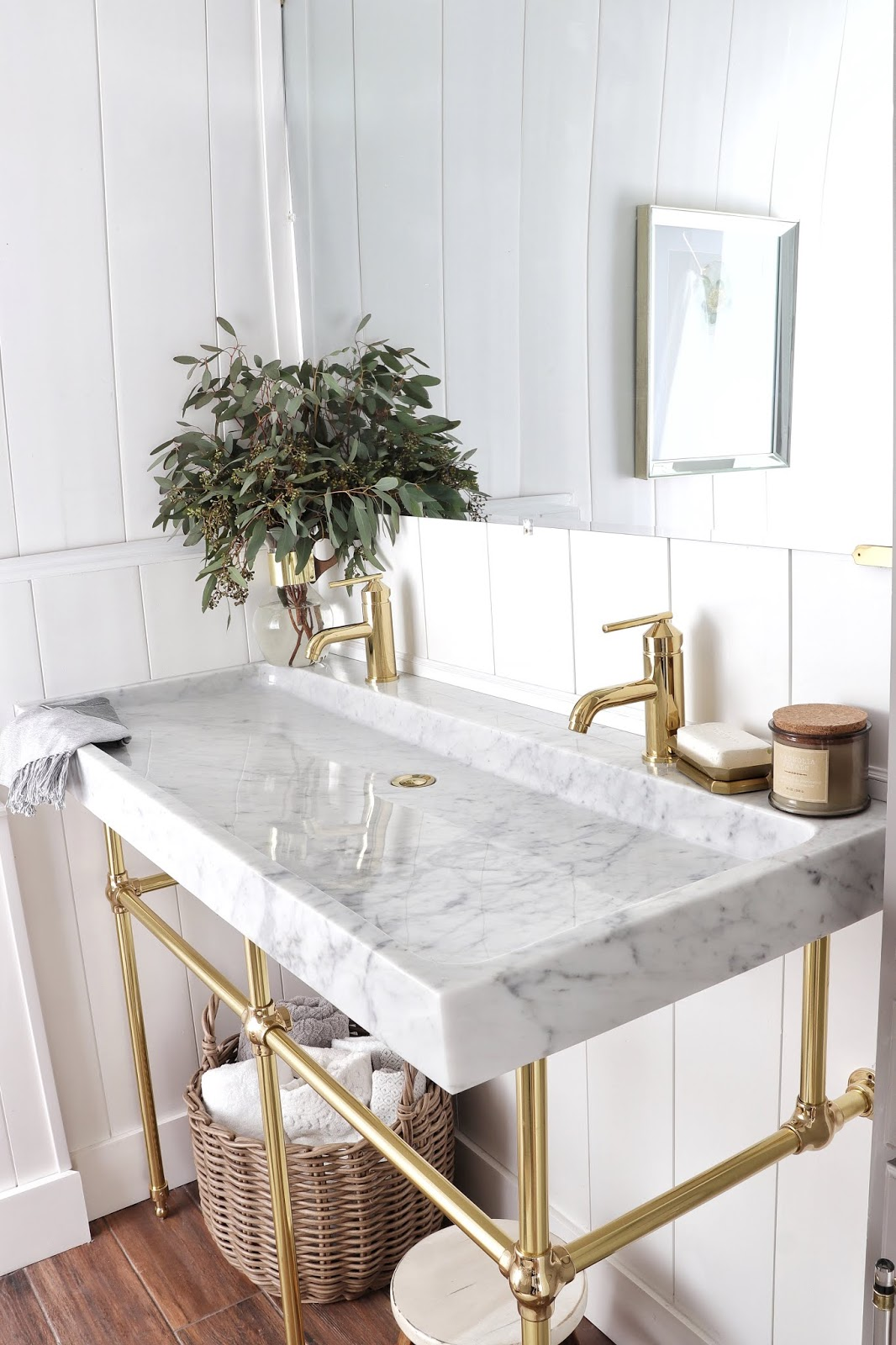This gold hardware and natural stone makes this space so luxurious!