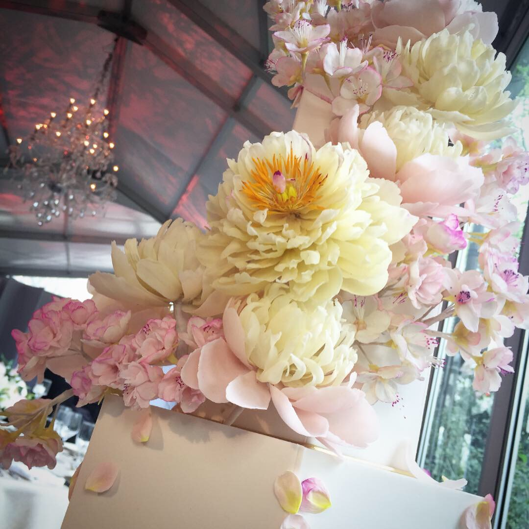 Central Park is perfect for a spring wedding! - Cherry blossoms and peonies are a good way to create wonder at your wedding!