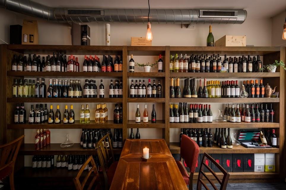 Smagninger - Hos Bohème Vin elsker vi vine og har stor glæde ved at give vores besøgende en rejse rundt vinens verden.Vi afholder vinsmagninger for private selskaber, enten i vores lokaler eller i virksomheden - eller hjemme i stuen.Eksempler på smagninger:Allrounderen - Vine fra EU, vi tager touren rundt med 6 vine 200,-Bobleren - Alt om boblernes verden - fra 250,-Lux-smagningen - Vi starter med en solid fransk ret og et glas. Dernæst får vi 7 vine fra den tunge ende af kortet, flankeret af 4 eksklusive snacks - fra 1100,-Vi laver smagninger fra minimum 8 personer og tager gerne udgangspunkt i jeres ønsker.