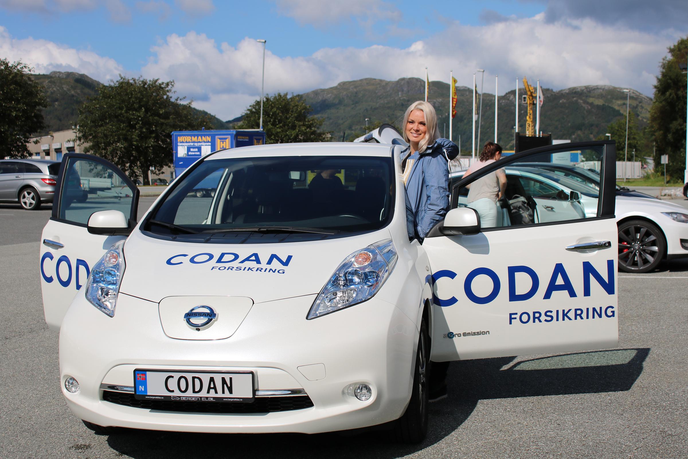 Linn tar imot oss på parkeringen og viser samtidig frem Codan-bilen kontoret i Åsane har.