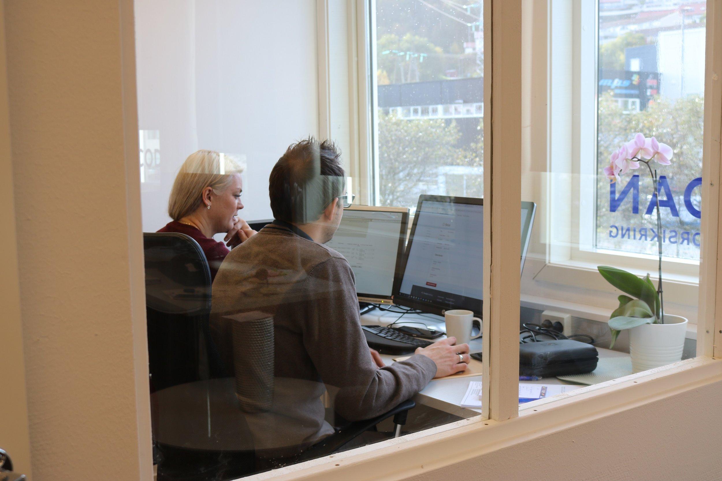 Kristoffer og Linn er godt i gang med å regne på tilbud første dagen på jobb. Kristoffer har jeg virkelig troen på vil lykkes i denne bransjen sier linn.