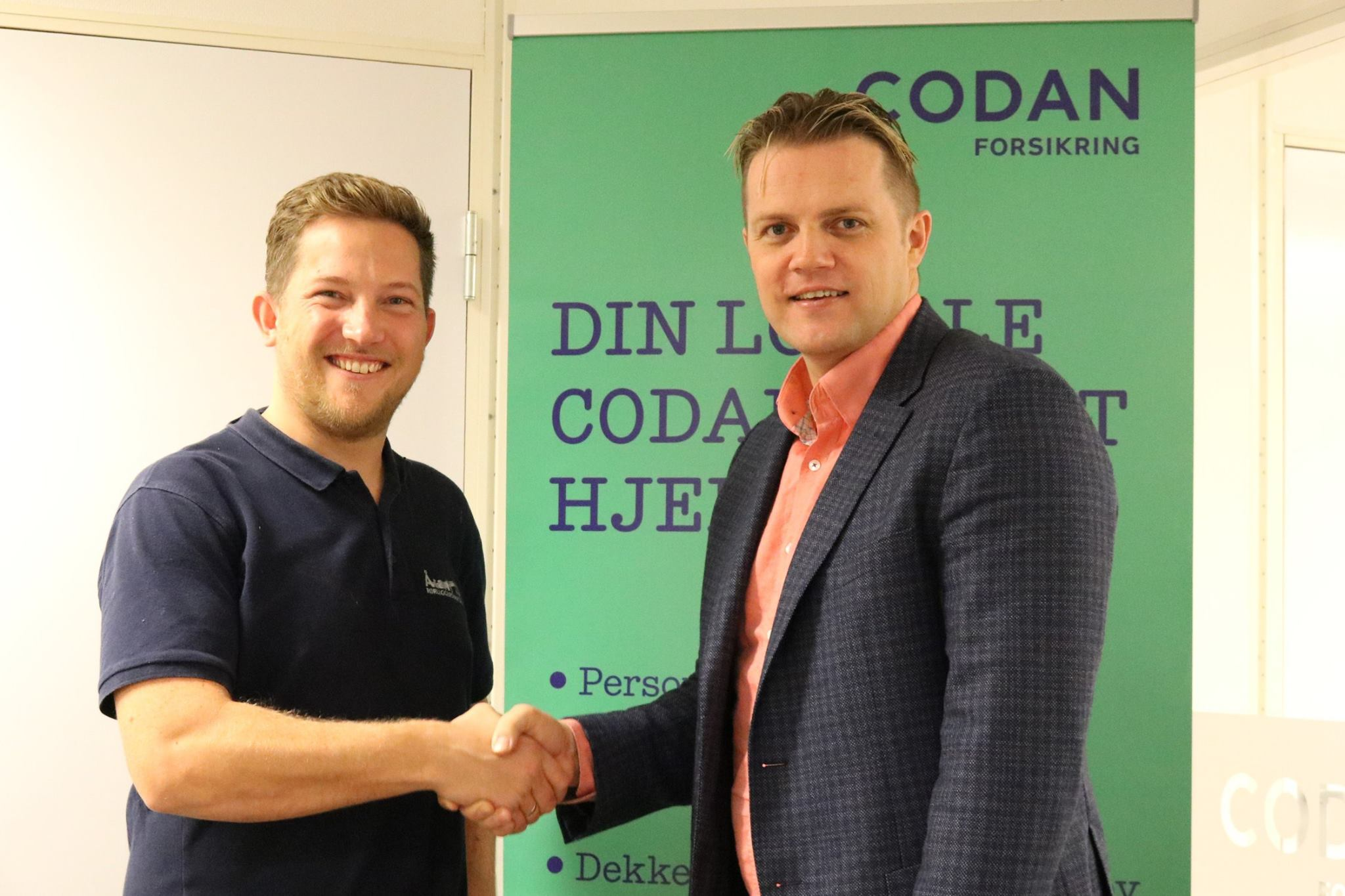 Daglig leder Ørjan Mjåtveit i Åsane Rørleggerservice as ønskes velkommen som kunde hos Codan i Åsane av Halvard Gjerdbakken.
