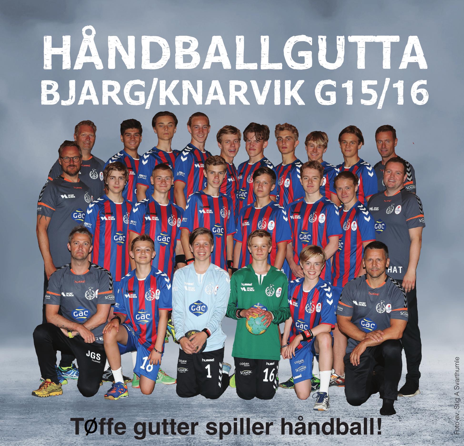 Bjarg/Knarvik G15/16 viser stolt frem de nye draktene. Vi legger merke til at Codan Forsikring har fått en fin plass til sin logo på shortsen til spillerne.