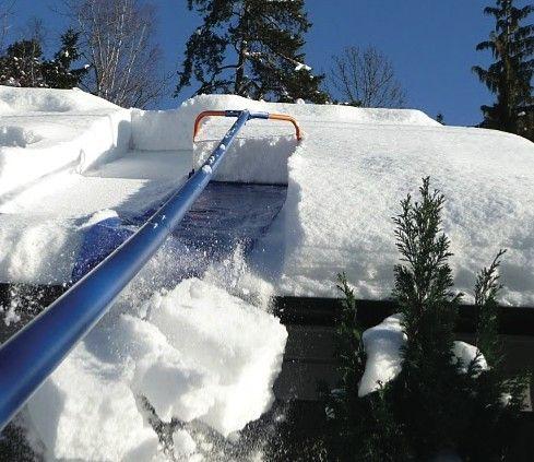 Når det kommer mye snø må også taket måkes. Hvis det ikke måkes, kan det i verste fall kollapse.