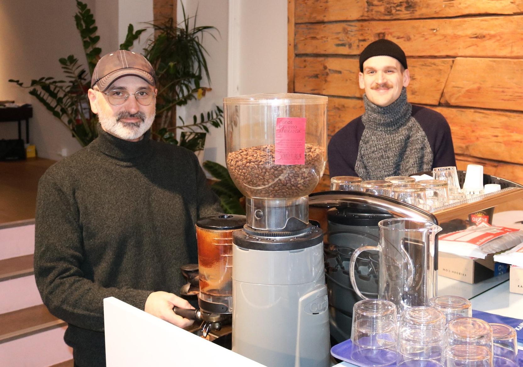 Helge og Stig tok meg bokstavelig talt varmt imot. Rykende fersk kaffe med bønner fra Bergen Kaffebrenneri gjorde starten på besøket til en behagelig start for en kaffe-elsker.