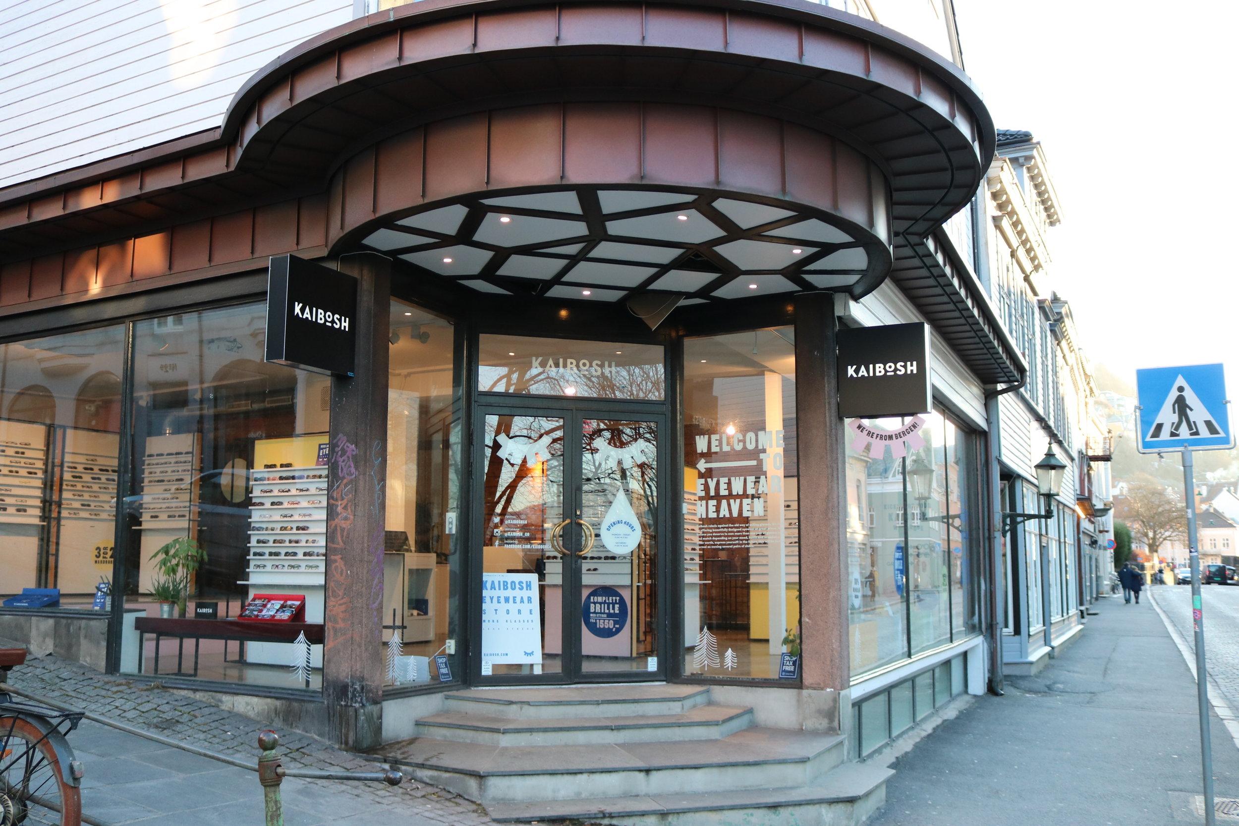 Slik ser inngangspartiet ut til Bergens eget brillemerke med adresse Nikolaikirkeallmenningen 1.