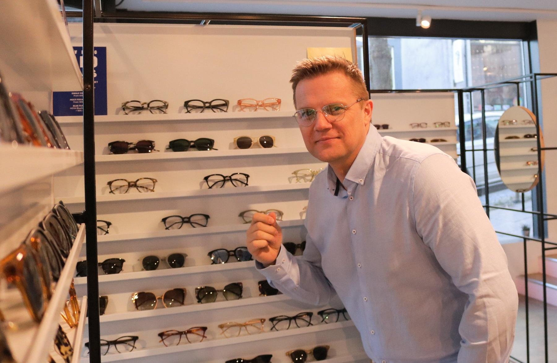 Her er jeg i gang med å prøve litt forskjellige briller under kyndig veiledning hos Kaibosh i Bergen.