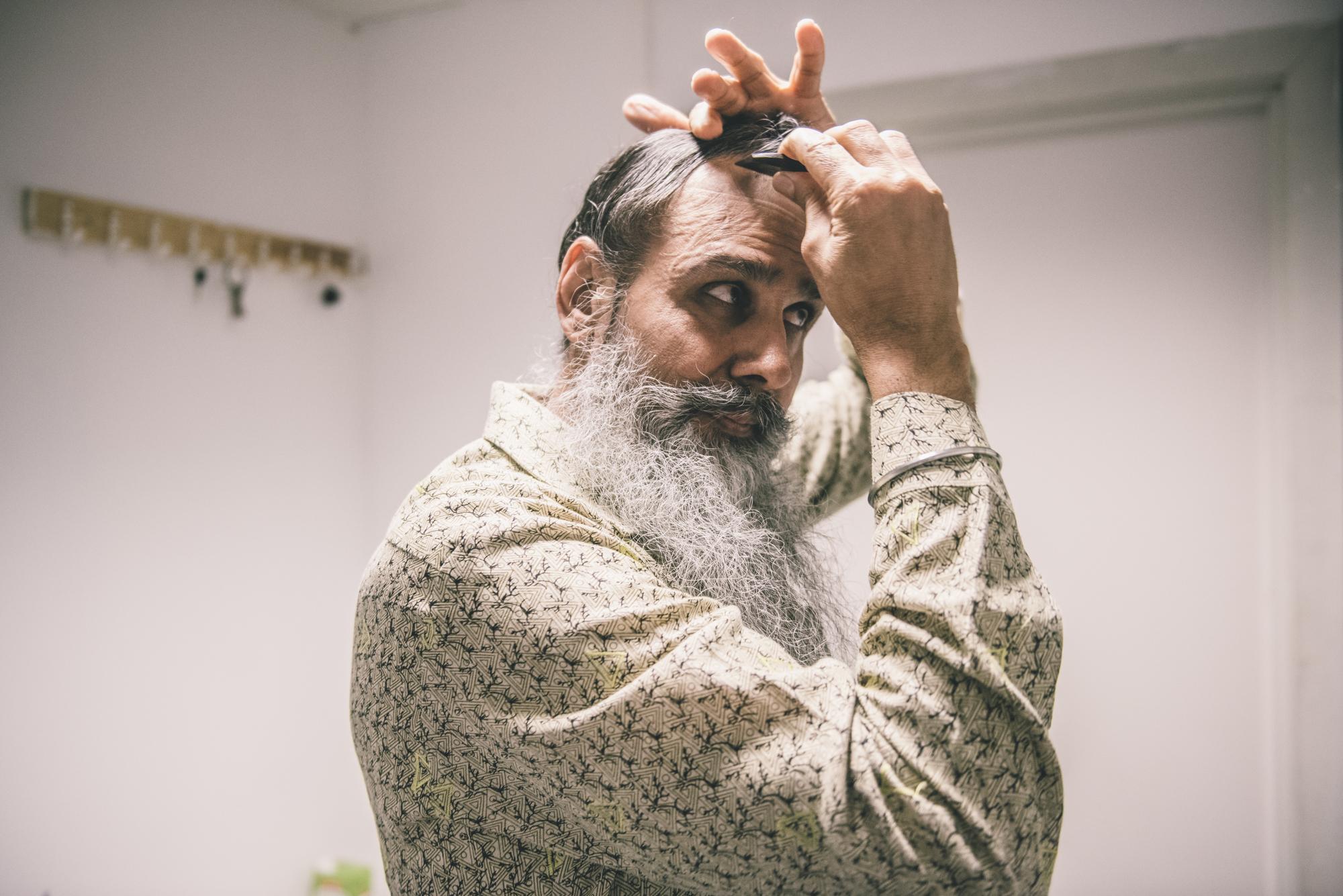 En sikh som plasserer Kangaen (kammen) sin i håret før han knytter turbanen på.