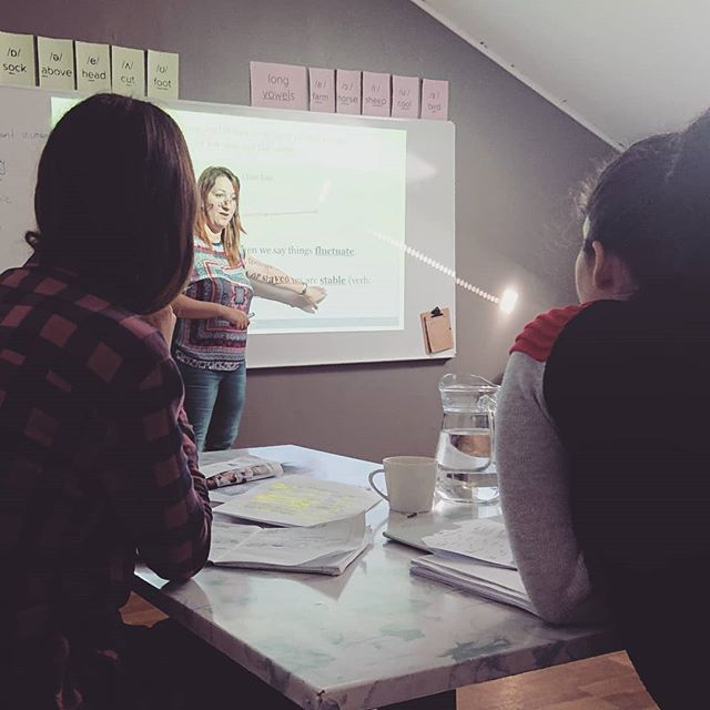 Lovely Fátima working with her IELTS preparation class on Saturday afternoon. 🔊📢📃📙 ✍️ #ielts #cambridge #cambridgeenglish #osloenglishacademy #karljohansgate #britishEnglish #learnenglish