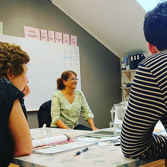 Wonderful Rahina teaching her B1-1 class. 💭💯 Today's topic: present perfect for life experiences #presentperfect #haveyouever #english #learnenglish #oslo #karljohansgate #britishEnglish #class #ielts