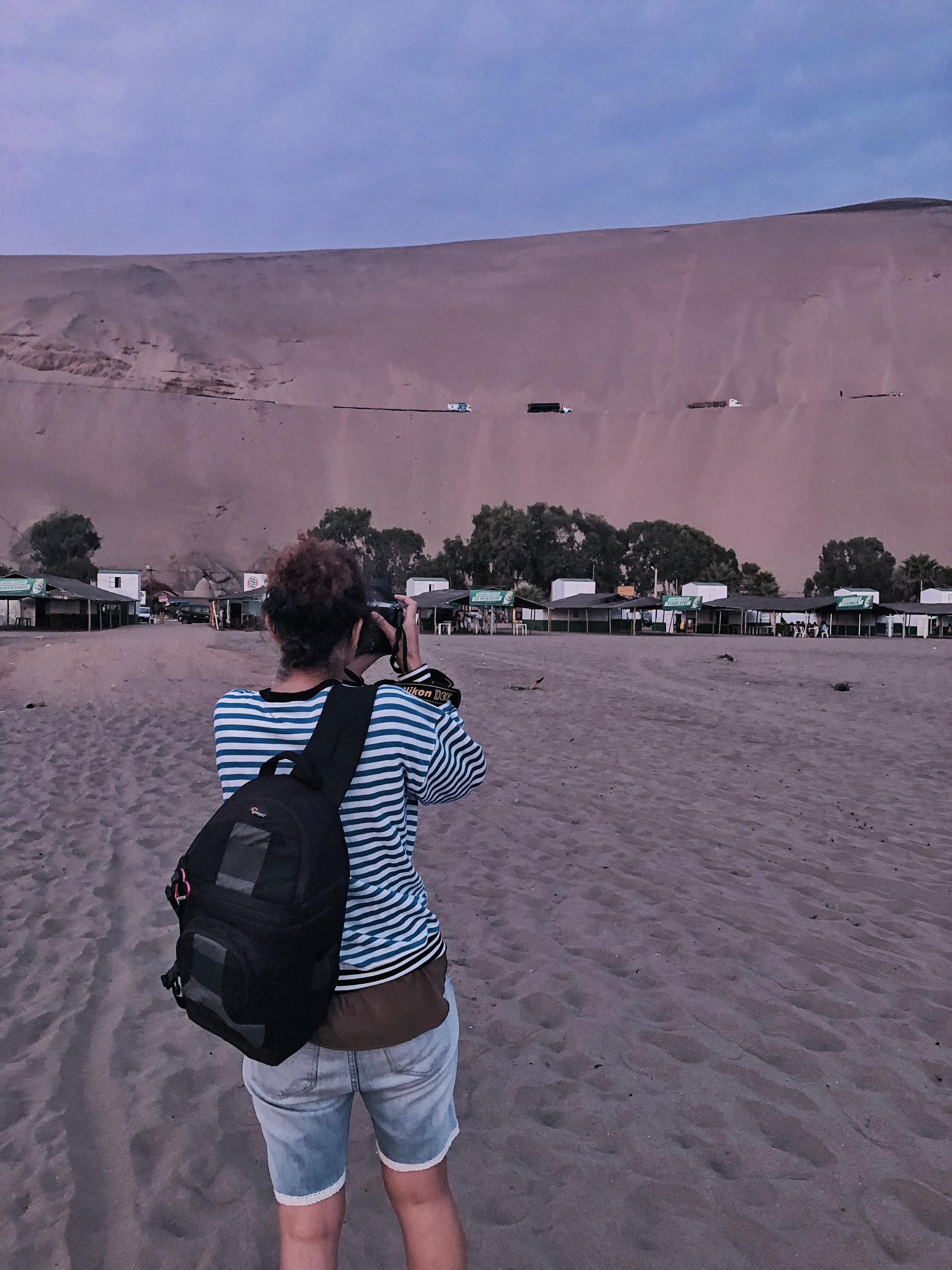 Estuvimos en la playa Chacra & Mar, ubicada en el distrito de Chancay, provincia de Huaral, a 72 Km al norte de la ciudad de Lima. Llegar a este lugar te hace recorrer brevemente los acantilados del tristemente célebre Pasamayo, el cual se puede ver en la parte superior de esta foto, hacia donde  Cinda Miranda , nuestra fotógrafa, apunta todo su interés con la cámara.