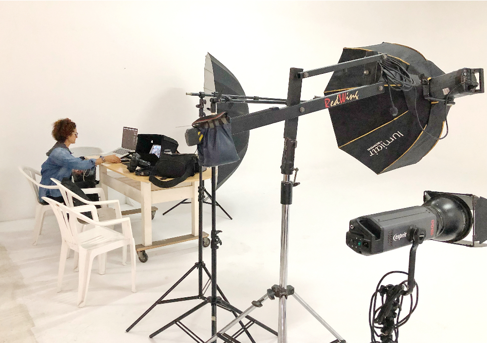 En esta foto vemos a nuestra fotógrafa  Cinda Miranda  poniendo todo a punto en la computadora, antes de iniciar el photo shooting del día. Su presencia frente a la pantalla es sinónimo de éxito en la sesión, pues, su obsesión por los detalles asegura al 100% el perfecto desenvolvimiento del equipo digital.