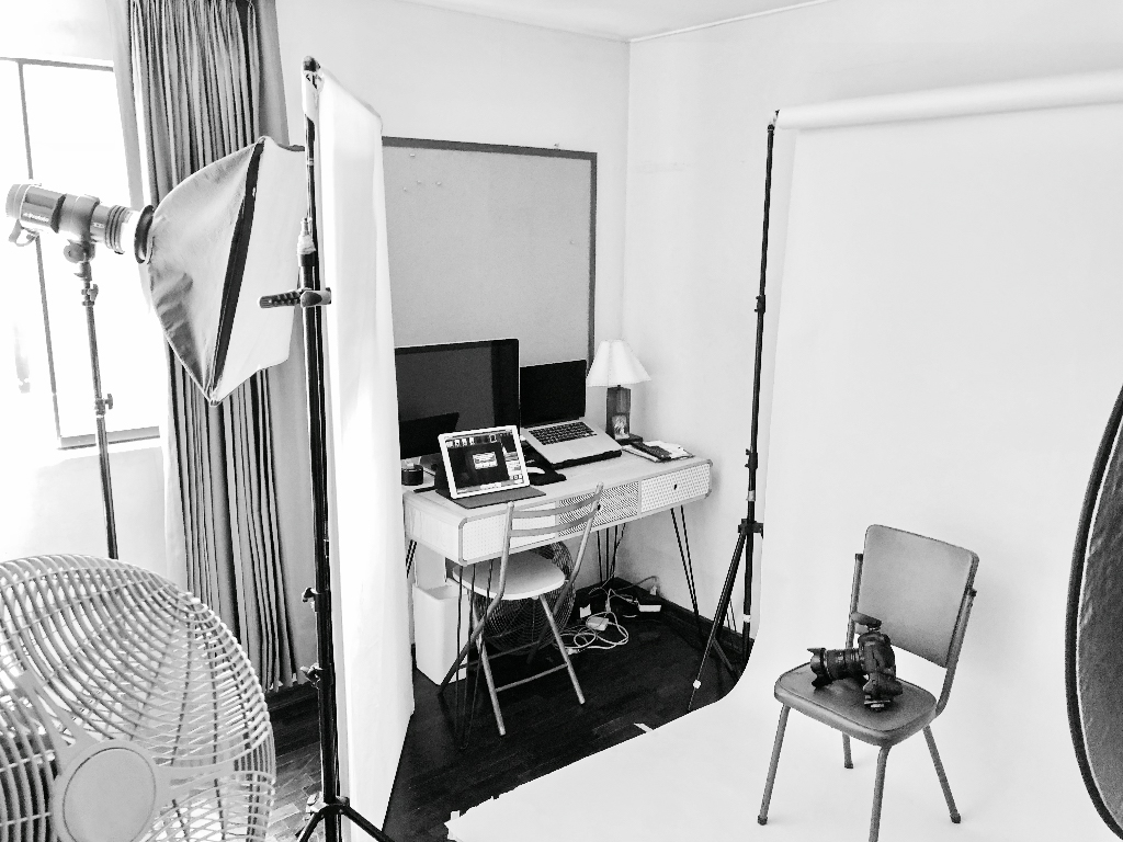 Este fue el mini set que nuestros fotógrafos  Cinda Miranda  y  Miguel Jose Flores  utilizaron para realizar sus autorretratos y actualizar sus fotos de perfil en la redes sociales. Visita sus tres páginas para poder ver los resultados de esta sesión. Haz click en cada nombre:  Fotográfica Films ,  Cinda Miranda ,  Miguel Jose Flores .