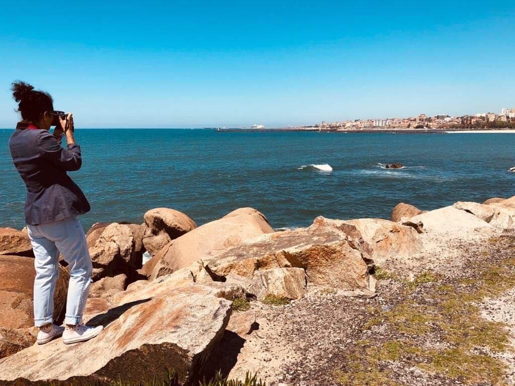 Cinda Miranda , fotógrafa de nuestra casa, está en Portugal, y esta vez fue a registrar imágenes de la Playa do Cabedelo do Douro, ubicada en Vila Nova de Gaia. Esta playa es parte integrante de la Reserva Natural Local do Estuário do Douro. Si quieres ver algunas de las fotos que  Cinda  tomó en este lugar, visita nuestra página de facebook en este link:  Cabedelo Do Douro   La imagen en este blog fue tomada por Pedro Moráis, fotógrafo corresponsal nuestro en ese hermoso país.
