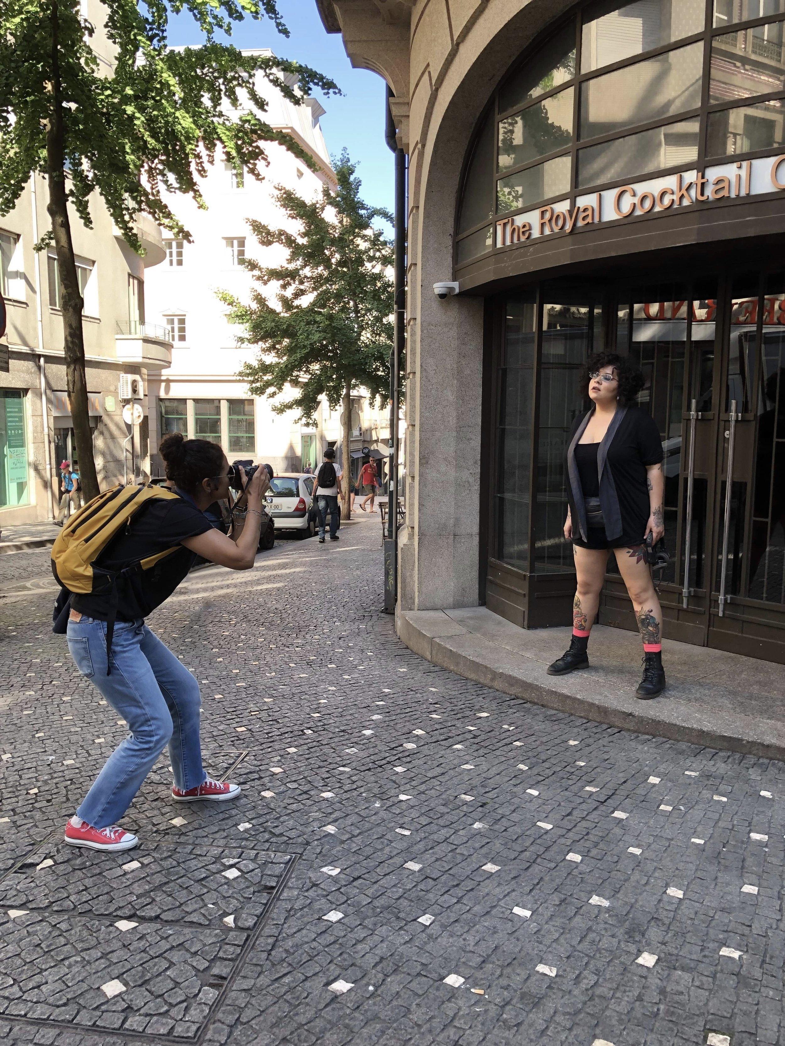 Nuestra fotógrafa  Cinda Miranda  en plena sesión fotográfica a  DJ Phephz , en una de las locaciones seleccionadas durante su recorrido por la ciudad histórica de Porto, en Portugal. DJ Phephz es de Salvador de Bahía, Brasil, y hace 7 meses llegó de viaje a esta ciudad, de la cual se enamoró, y decidió quedarse a vivir.