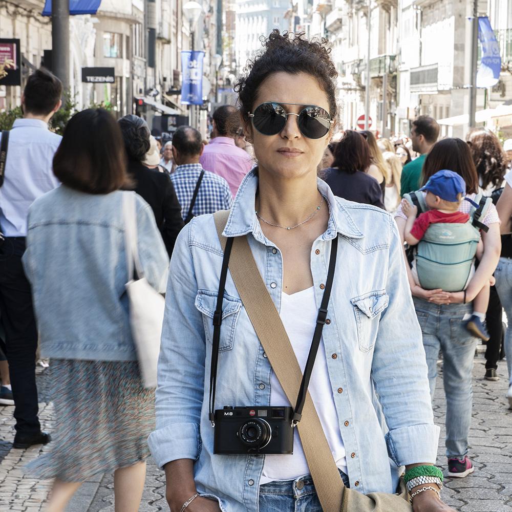 Cinda Miranda  estuvo también en las inmediaciones de la calle Santa Catarina, durante su recorrido fotográfico por Porto. Es la zona comercial más importante de la ciudad. Pedro Morais, fotógrafo corresponsal nuestro en Portugal, hizo este retrato de Cinda, en un alto mientras ambos fotografiaban esta hermosa ciudad.