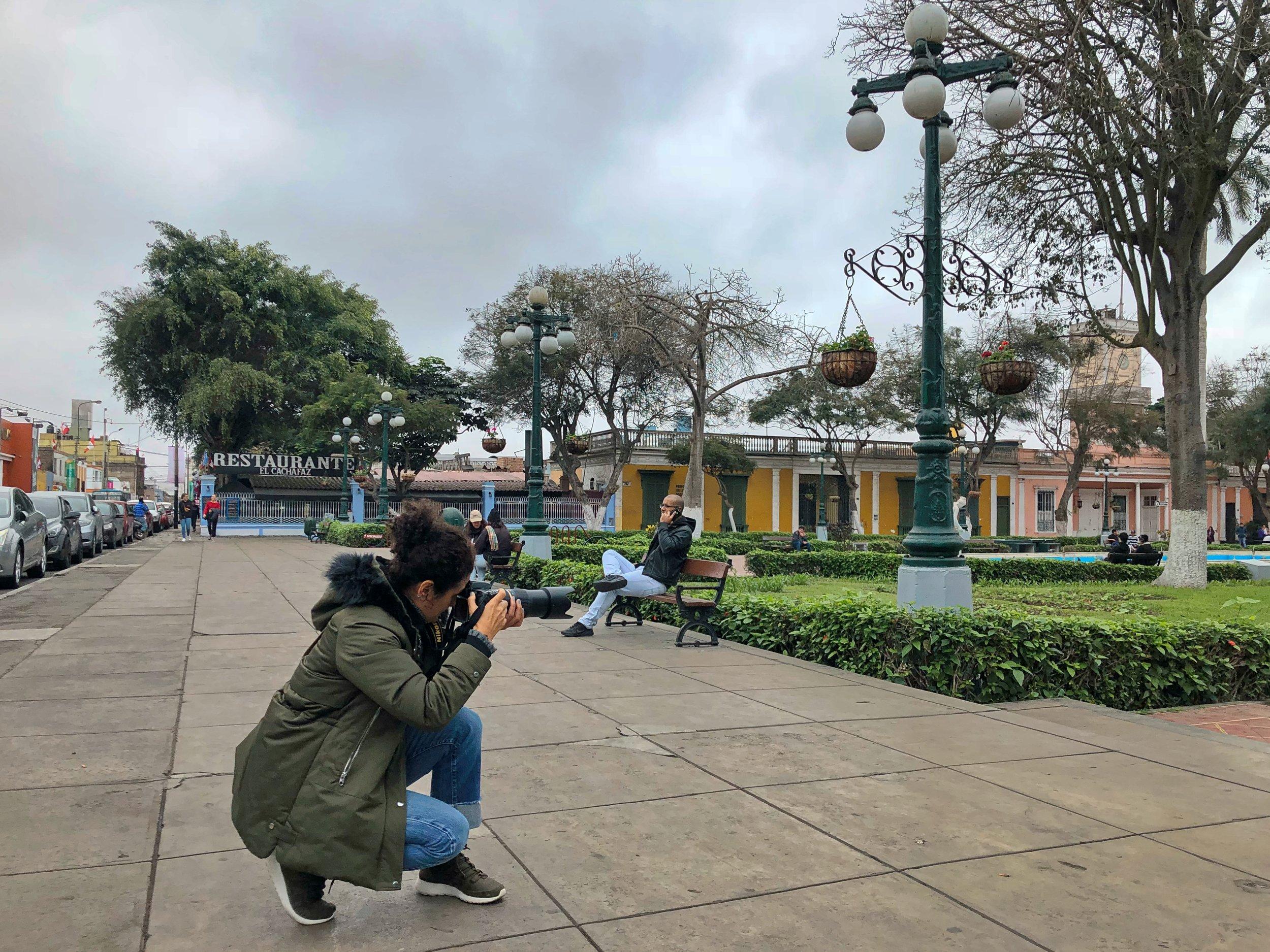 Cinda Miranda  estuvo fotografiando en el distrito bohemio de Barranco. Durante su recorrido, pasó por los lugares emblemáticos de dicho distrito limeño, como la Plaza Municipal (en esta imagen), la Parroquia La Santísima Cruz y el Puente de los Suspiros.