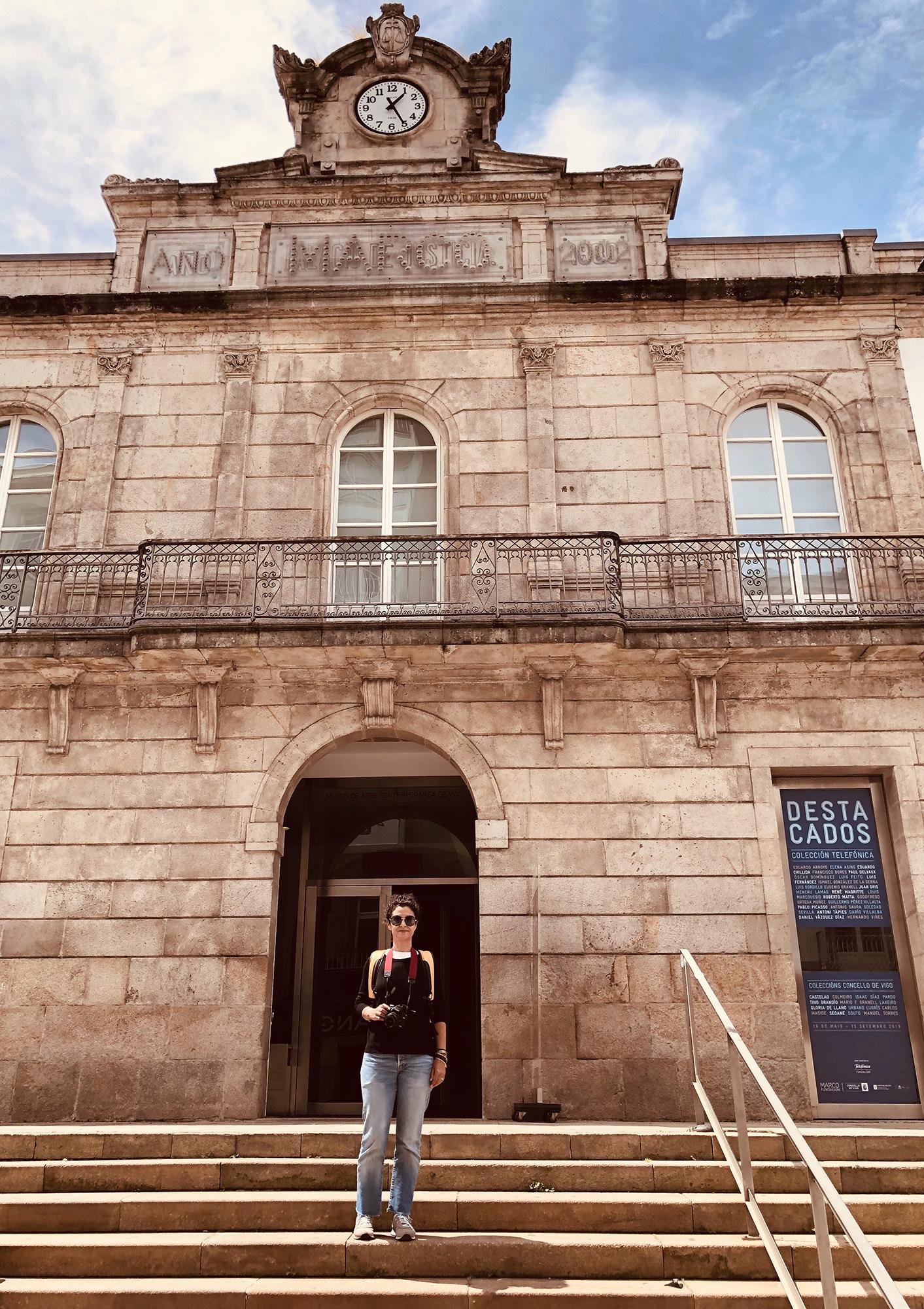 """Cinda Miranda  estuvo en MARCO - Museo de Arte Contemporáneo de Vigo, en Galicia, España, fotografiando la exposición """"Destacados. Colección Telefónica"""", en la que el arte gallego se codea con Picasso y Magritte. El edificio que alberga a este museo data del siglo XIX y ha tenido varios usos a lo largo de su historia, pues en una época fue la cárcel de la ciudad, luego fugió como sede del Palacio de Justicia, y también fue albergue para funcionarios; y a partir del 2002 la ciudad vigués lo declaró museo."""