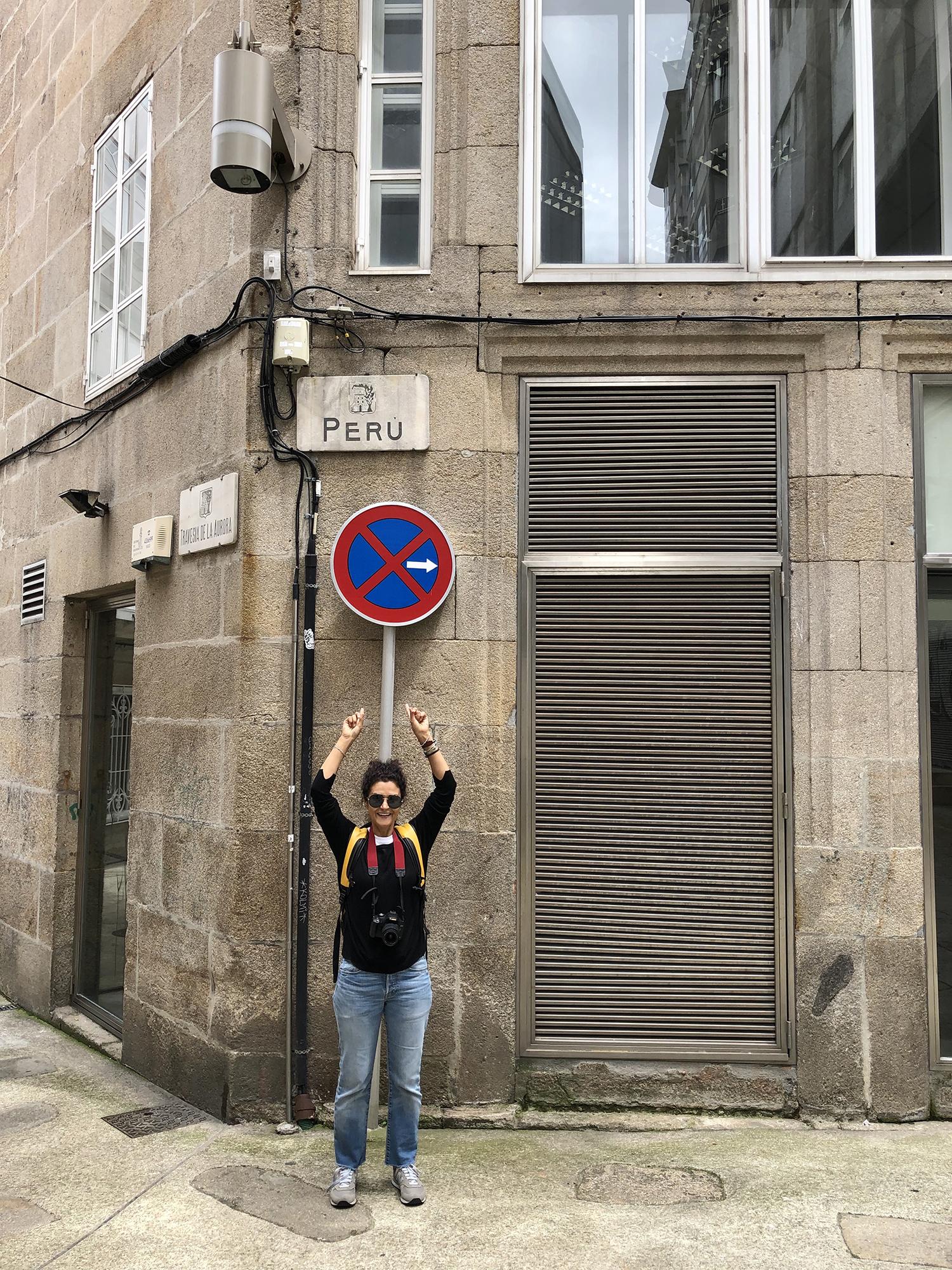 """Cinda Miranda  estuvo en Vigo, España, y durante su itinerario fotográfico, se topó con un letrero de nombre muy familiar: la calle Perú (Rúa Perú), ubicada entre las intersecciones de la Rúa do Doutor Cadaval y la Travesía da Aurora, dentro de la zona emblemática de la ciudad vigués.  Esta calle """"peruana"""" ha sido, en varias ocasiones, punto de encuentro para la celebración de fiestas conmemorativas de la comunidad peruana residente en Vigo."""