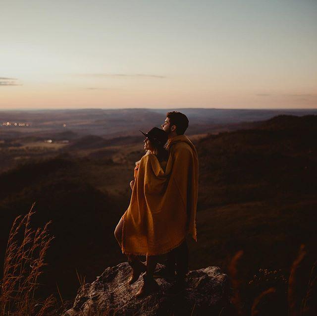 Sobre um nascer do sol difícil de esquecer 🍃#robertnelsonfoto #prewedding #pirenopolis #fotografiagoiania #fotografodecasamento #noivasdegoiania #noivasdeanapolis