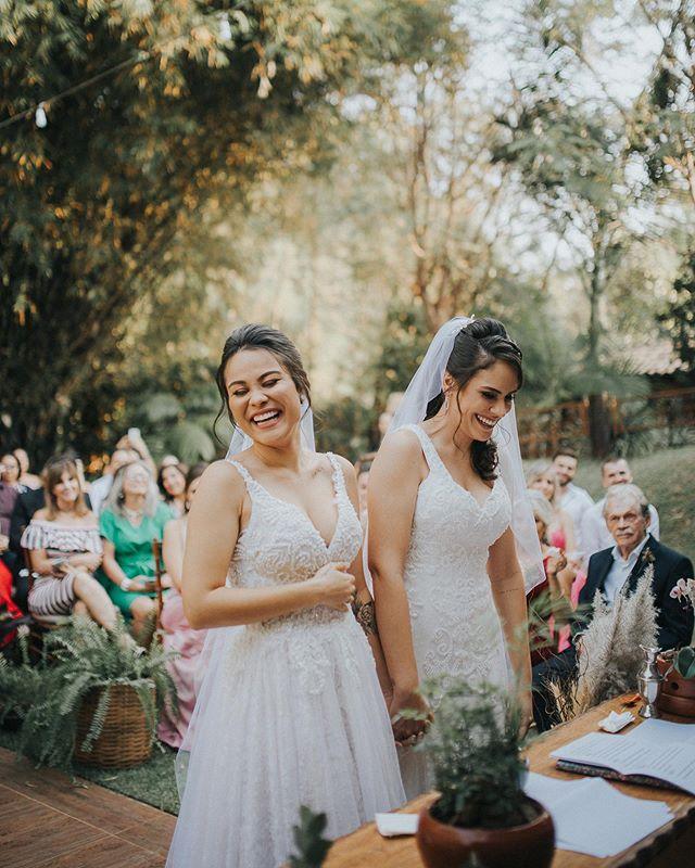"""Onde houver amor eu estarei lá com uma câmera na mão e um sorriso nos olhos, sempre buscando a """"foto da felicidade"""". Muito obrigado @magfferreira e @alinedmartins pela oportunidade linda que vocês me deram hoje! 🧡 . . #robertnelsonfoto #noivasdegoiania  #casamentodedia #bohoweddings  @renatalobocerimonial  @espacovilladilucca  @adriana_mairinck  @beautyrooficial  @carolinamillaratelier  @atelie_floresca  @cococacaubrigaderia  @dancingwithher  @musicalprimoroficial"""