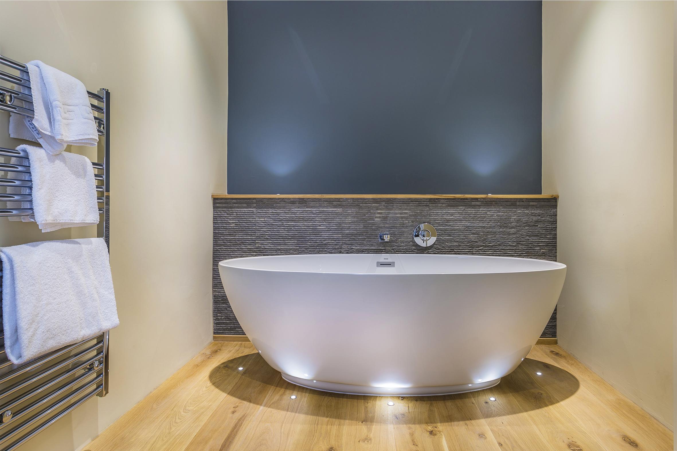 Golden Fleece Dick Turpin Bath in Room.jpg